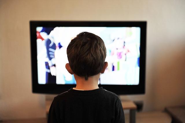 niño mirando la tele