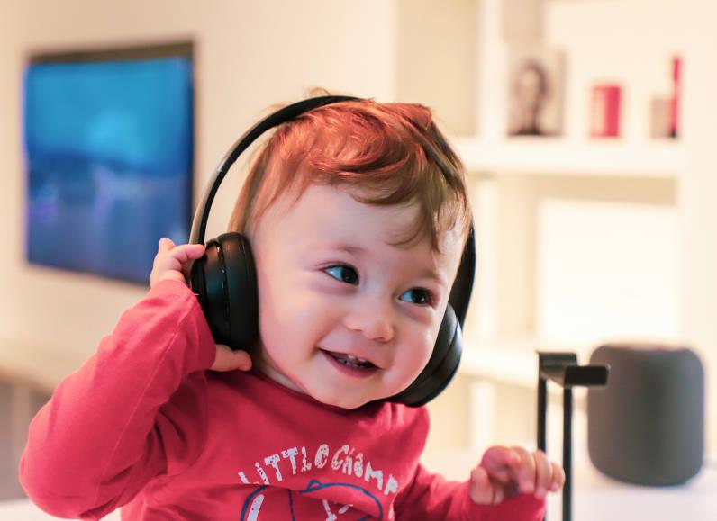 niño con auriculares
